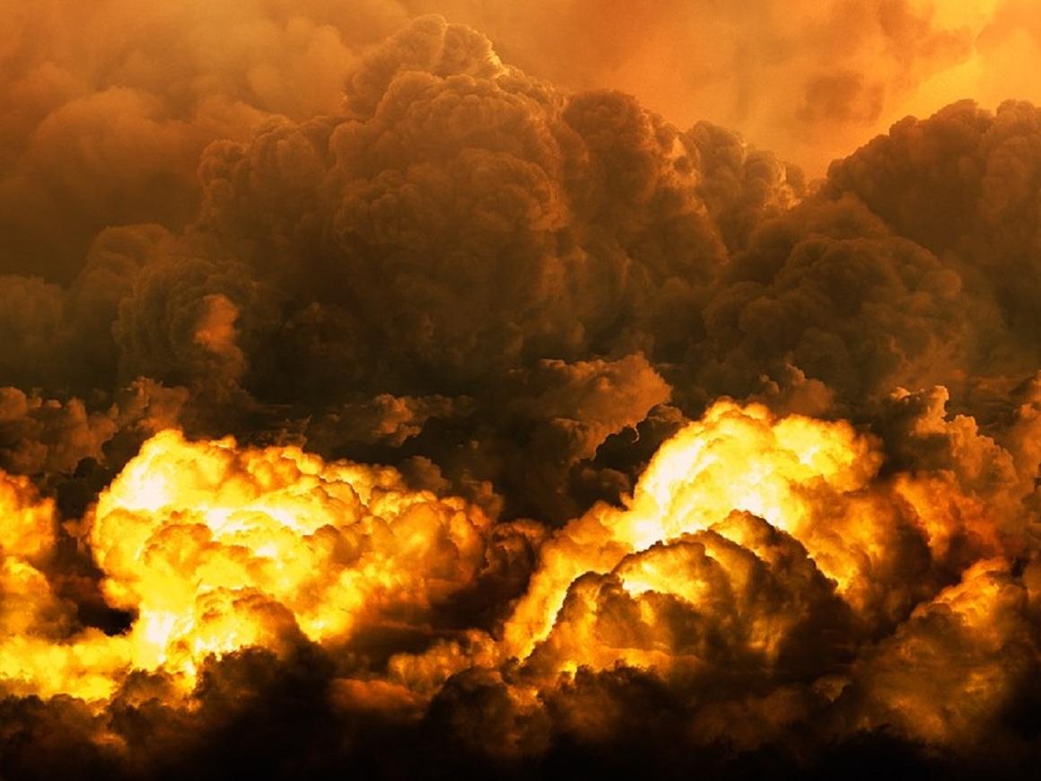 Гигантский файербол и чёрный дым - взрыв цистерны с кислотой в Болонье (видео)