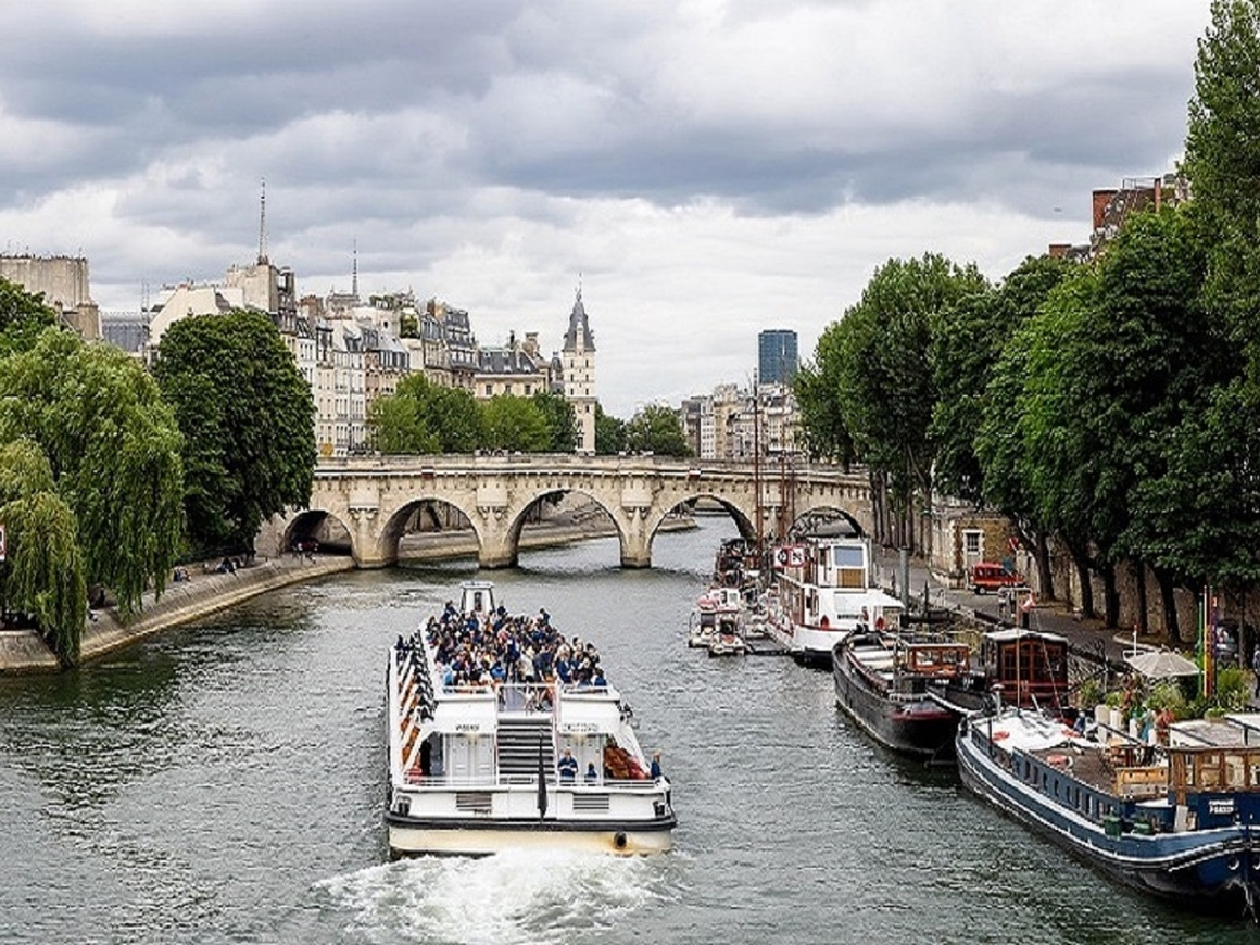 В Париже мужчинам разрешили мочиться на улице