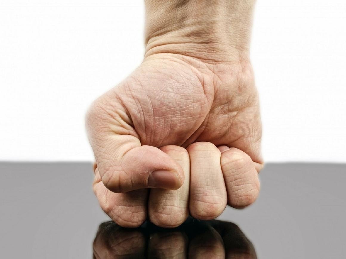 Инвалид снял протезы ног в уличной драке и победил противника (видео)
