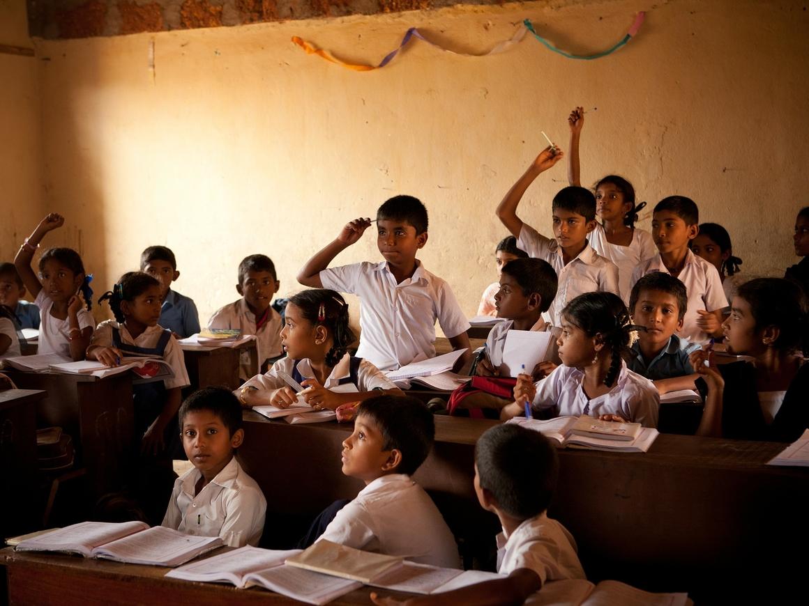 В Индии продолжают бороться с фейками в WhatsApp - теперь и в школах
