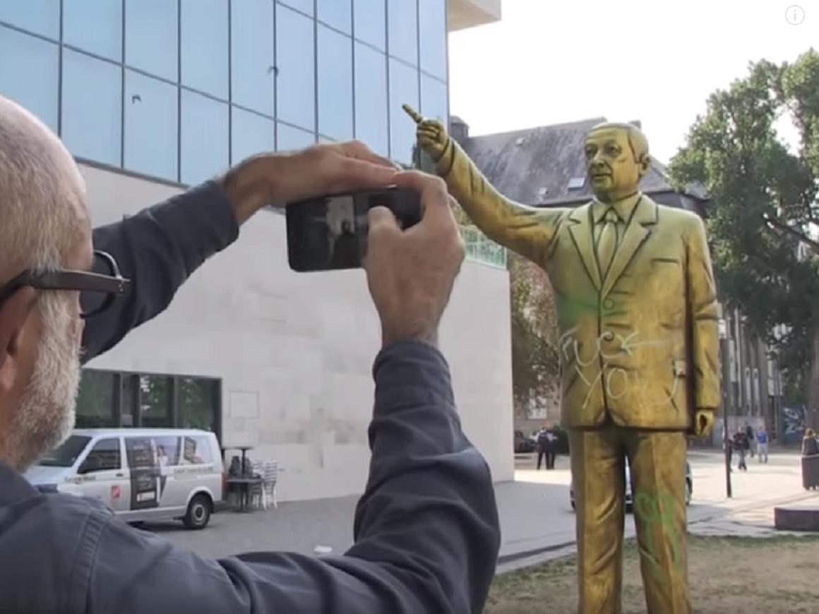 """Провокационный """"Золотой Эрдоган"""" продержался в Германии только день (видео)"""