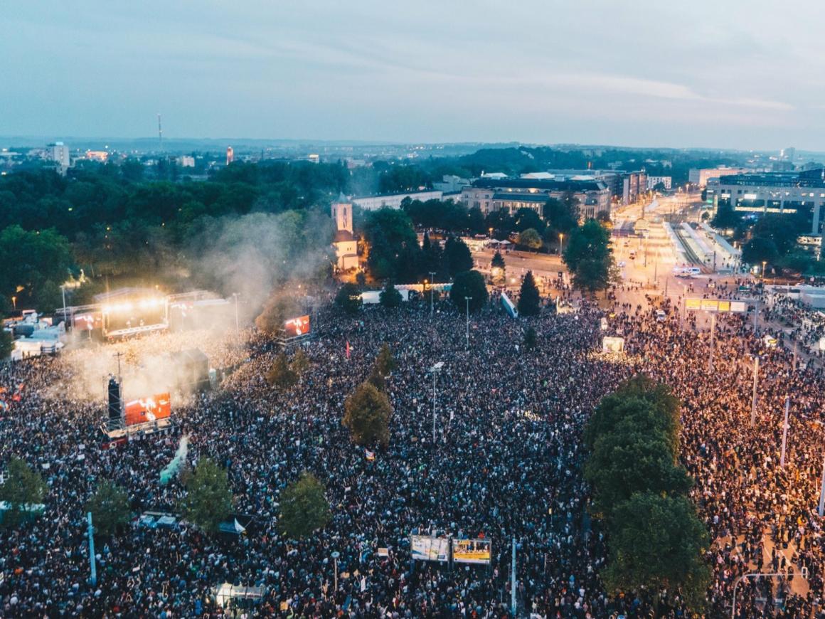 На протесты правых радикалов в Германии ответили концертом против расизма