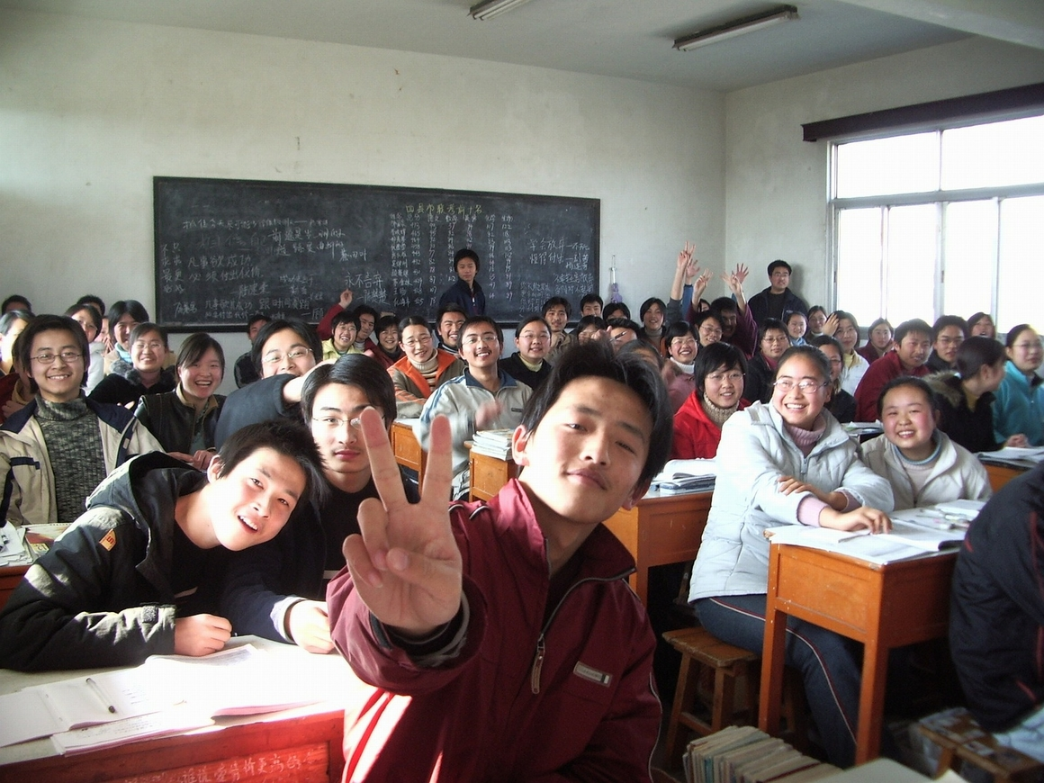 З - Зависть: в школах КНР отменят домашнюю работу, чтобы школьники не слепли