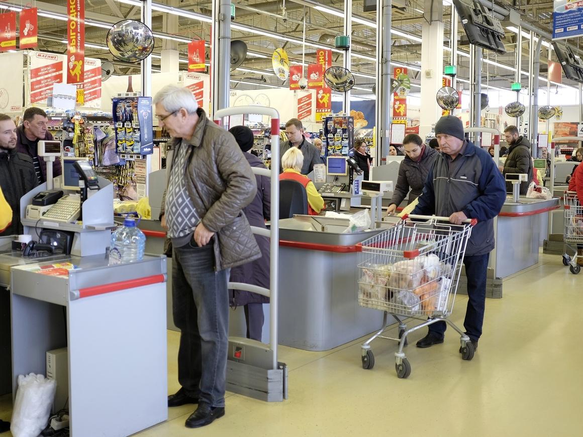 Теперь можно снимать деньги на кассах магазинов. Но не всем и не везде