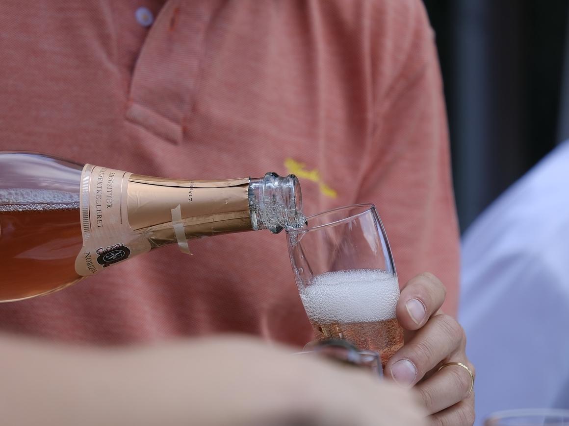 Французы придумали шампанское для космоса. Пробками дыры на МКС будут заделывать