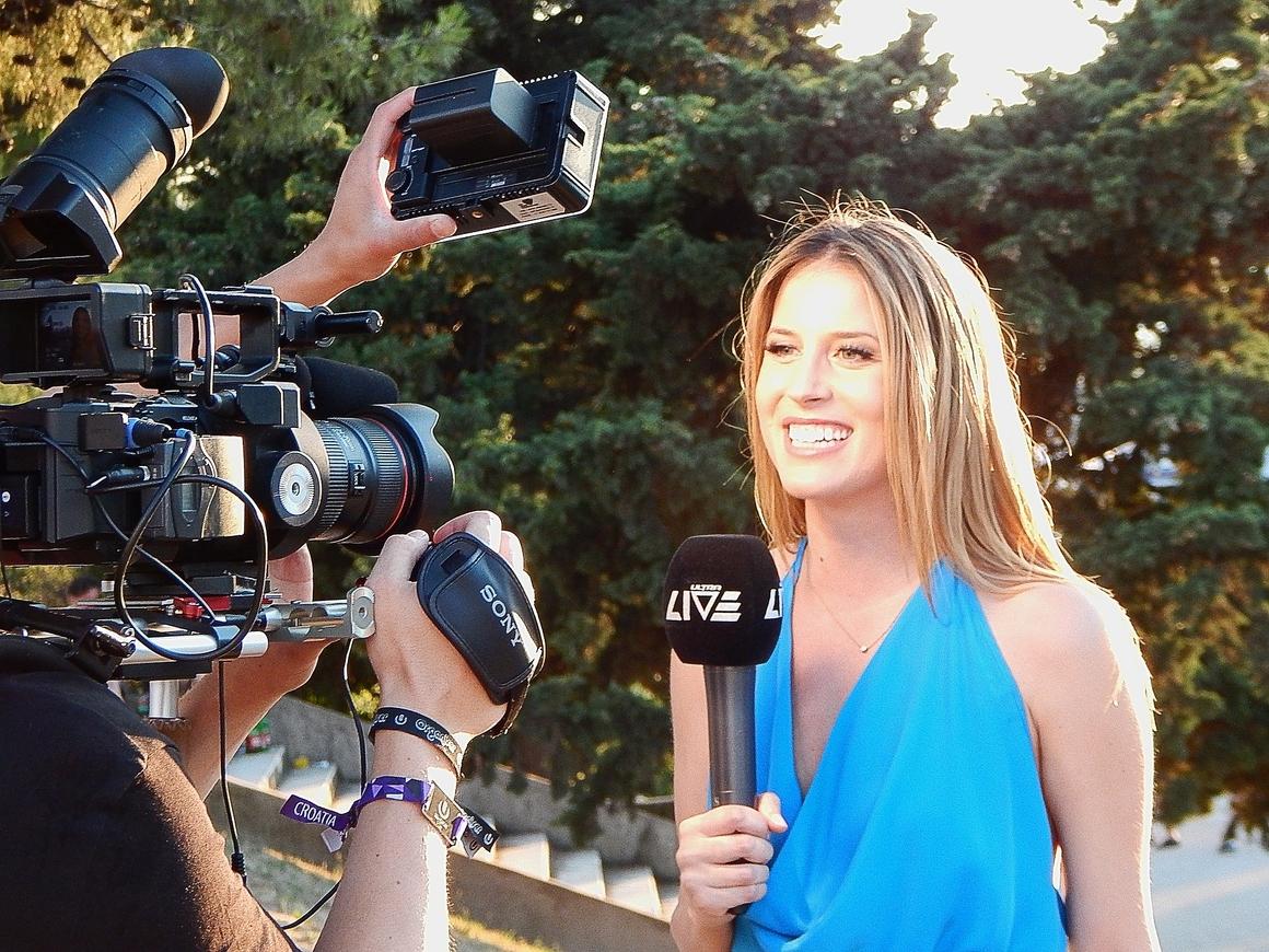 Корреспондент превратил репортаж в театр, но пара зевак всё испортила (видео)