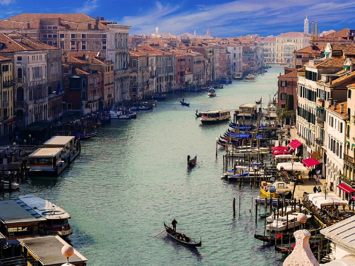 Венеция сурова к туристам: сел на ступеньку - плати штраф