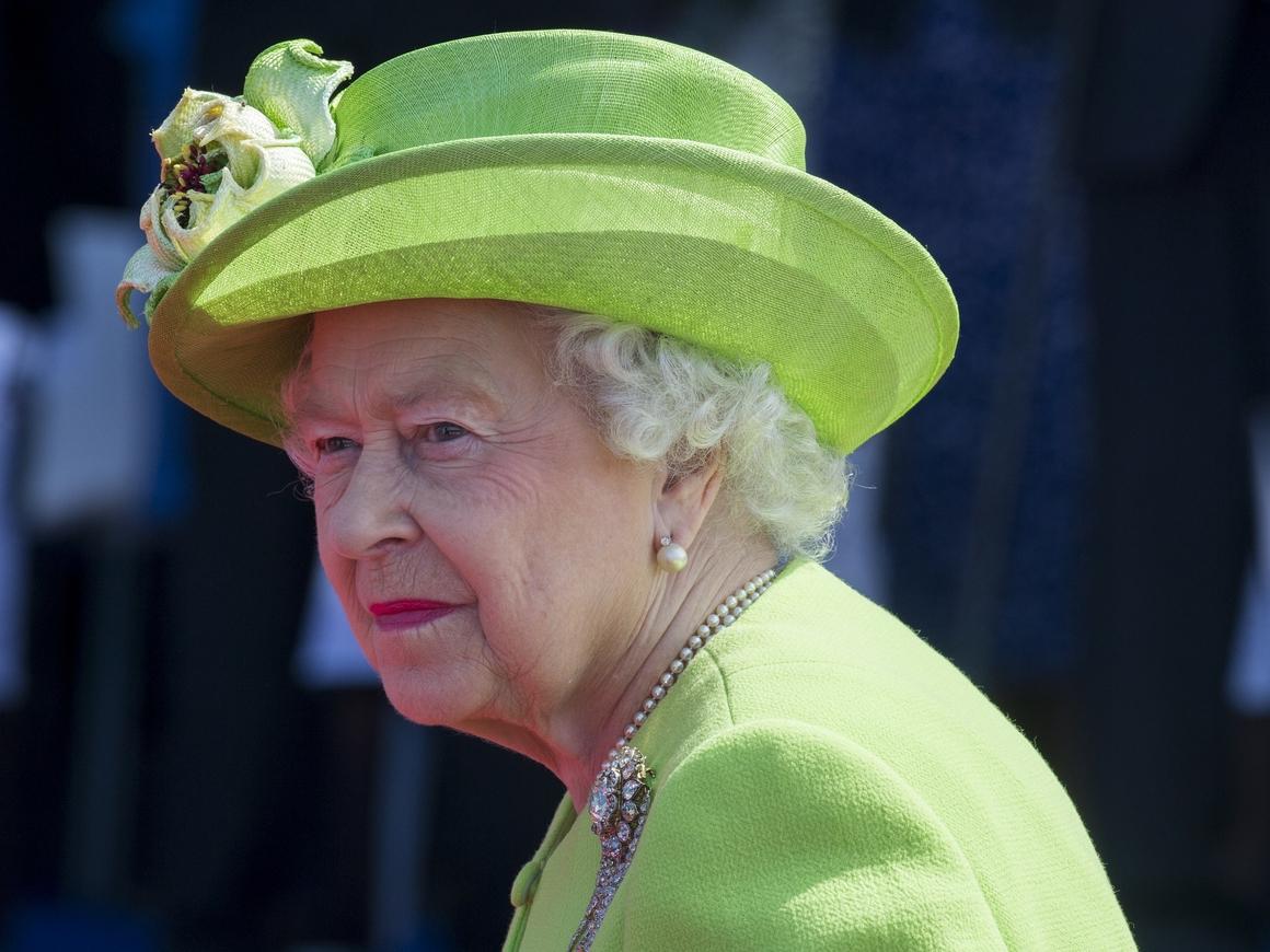 Королеве Британии пришлось перезаписать обращение к нации. Всё из-за птицы