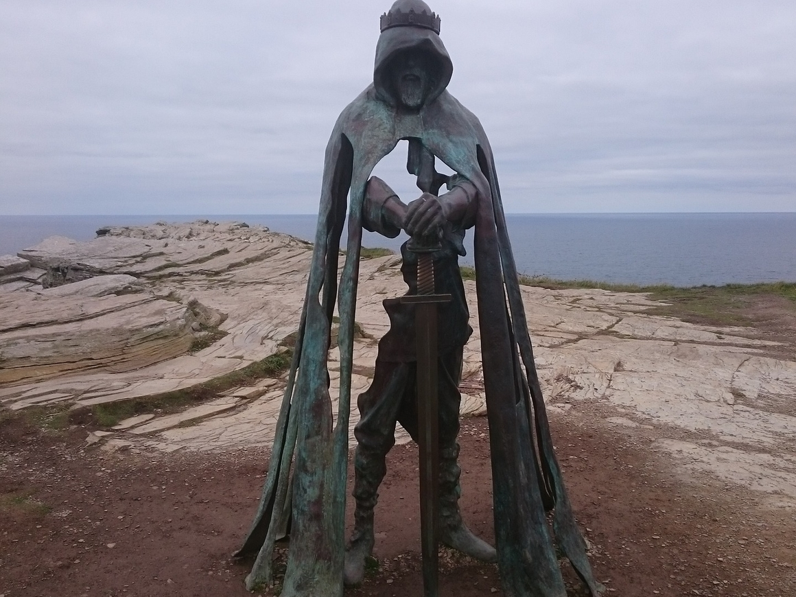 Девочка нашла на дне озера меч викингов. Теперь она - Королева Швеции