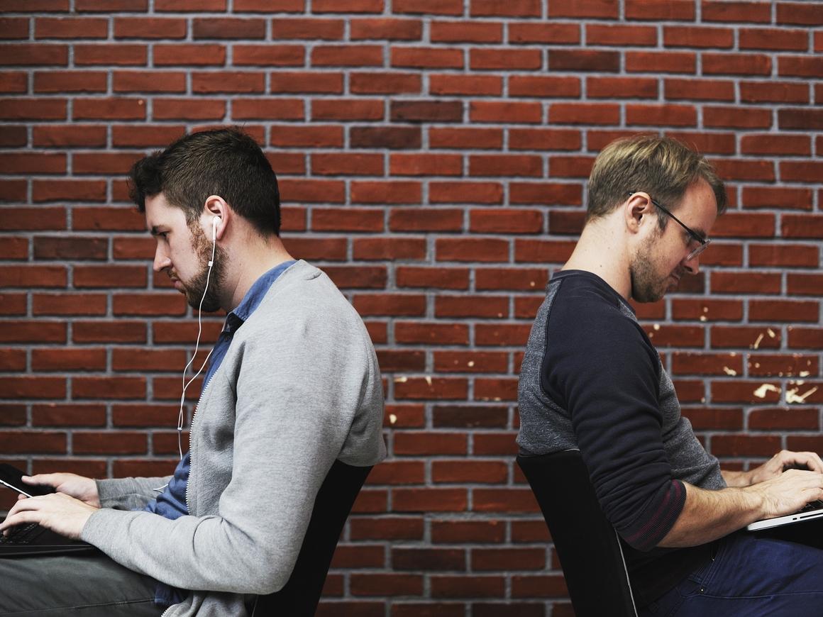 Почему современных людей съедает зависть? Виноваты социальные сети