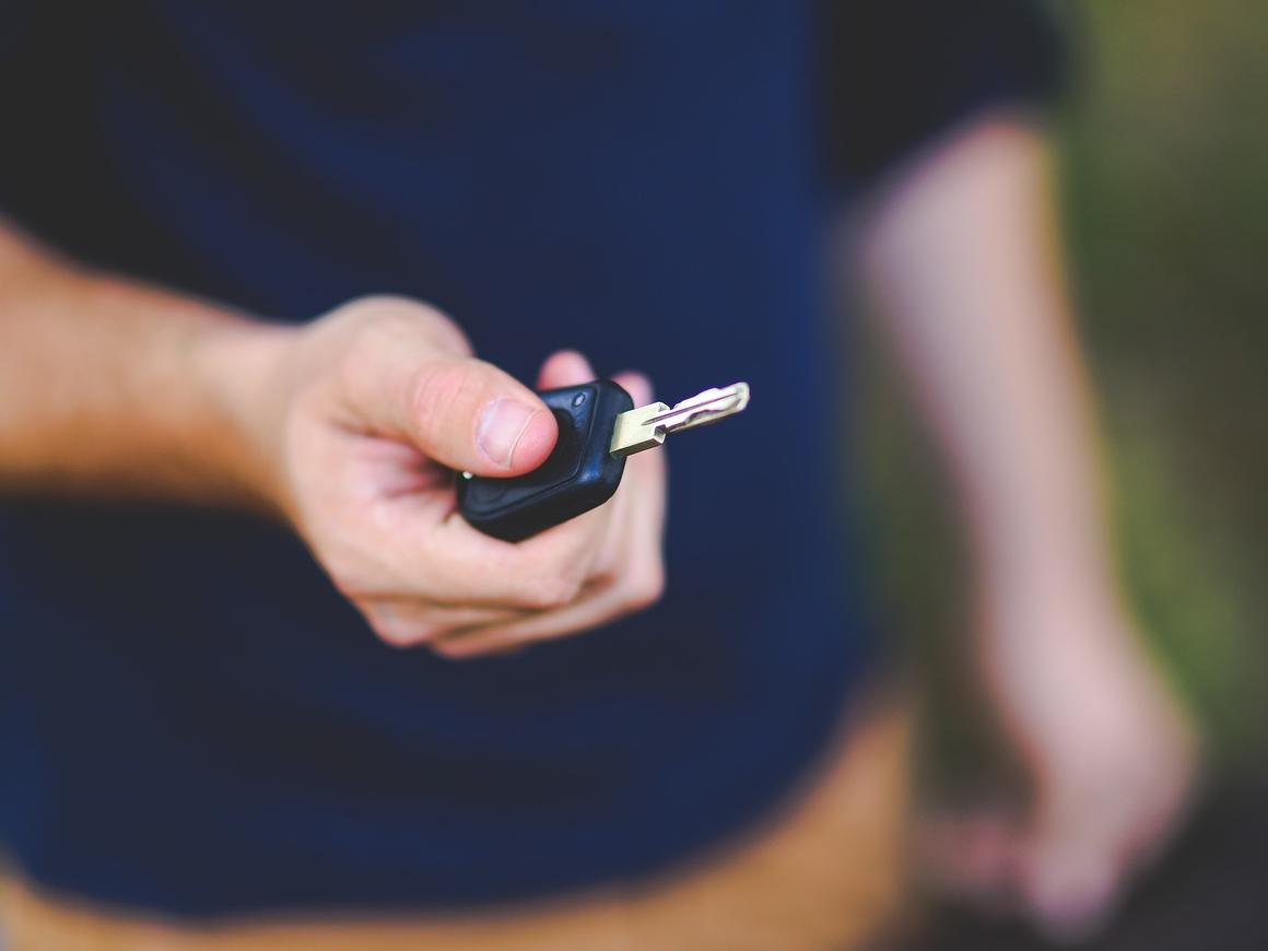 Капитан Гонор в деле: во Франции парень поехал получать права на своей машине