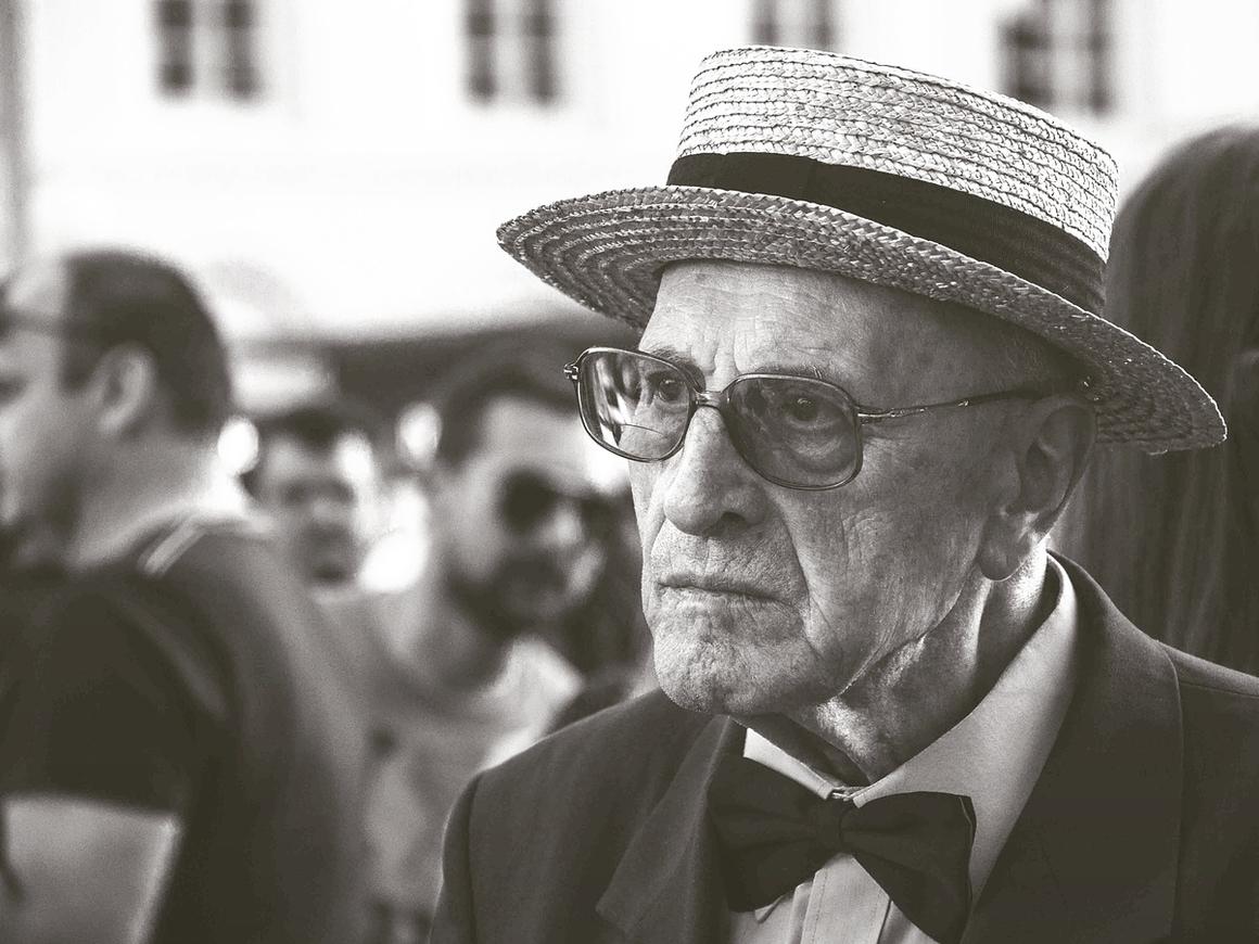 Пенсионер пошёл в суд, чтобы изменить возраст. А то в Tinder не отвечают (видео)