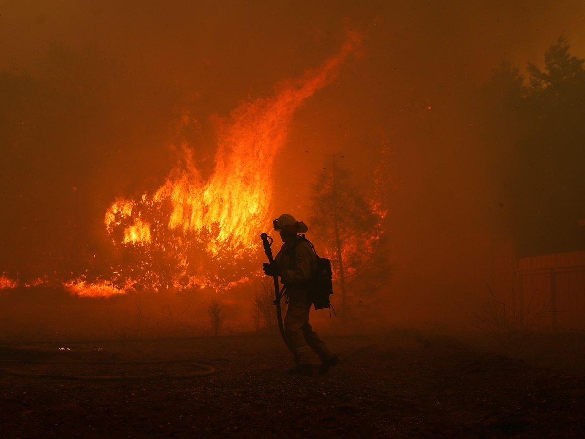 Пожар в Калифорнии уничтожил особняки звезд. Уцелел только один дом. Чей же?