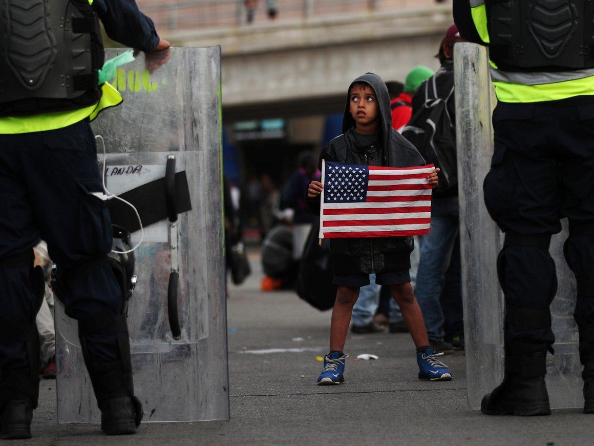 """""""Караван мигрантов"""" пришёл к границе США и вызвал гуманитарную катастрофу"""