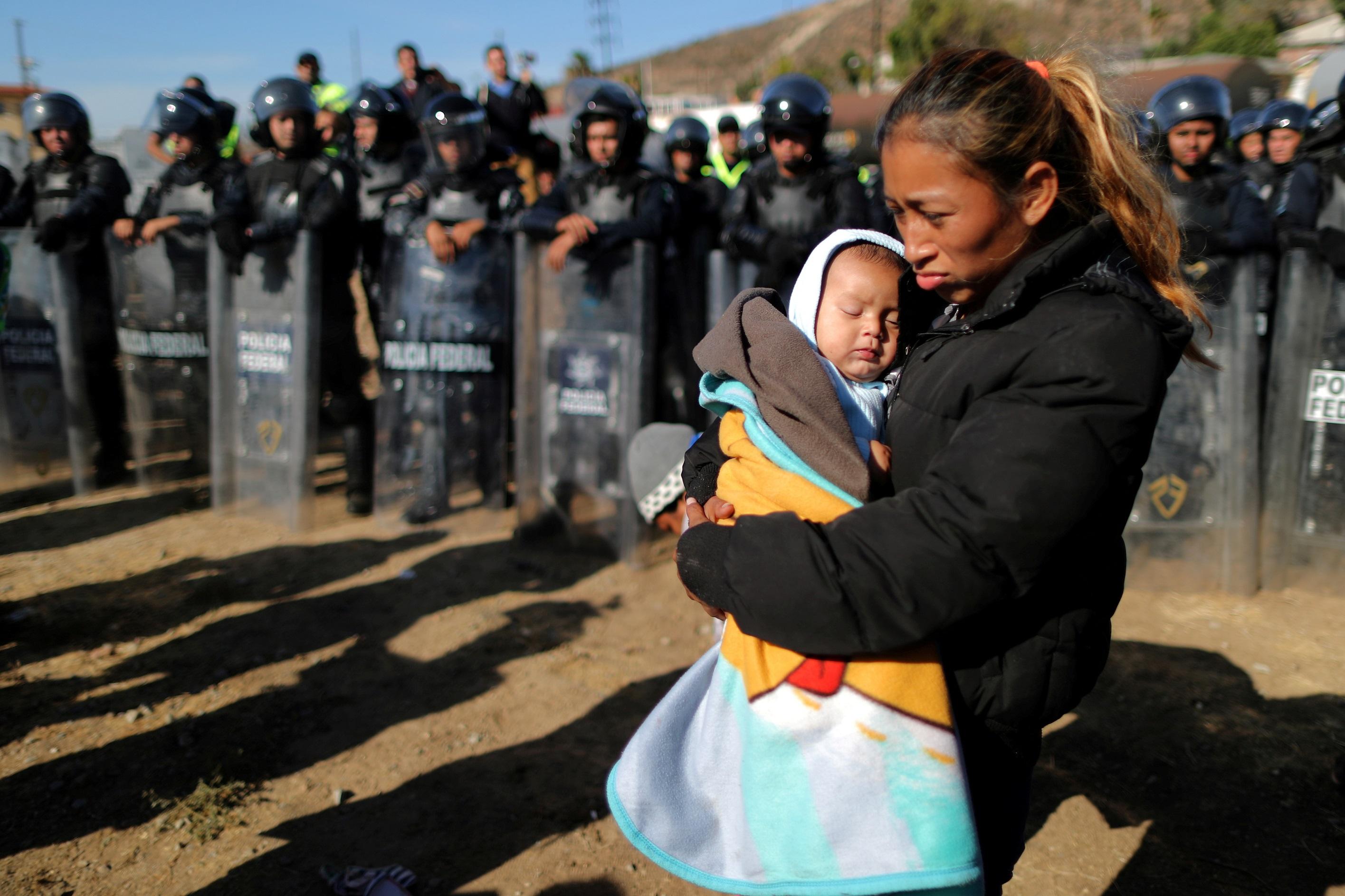 Роза Вилла и ее 5-месячный сын Эстебан из Гондураса в Тихуане