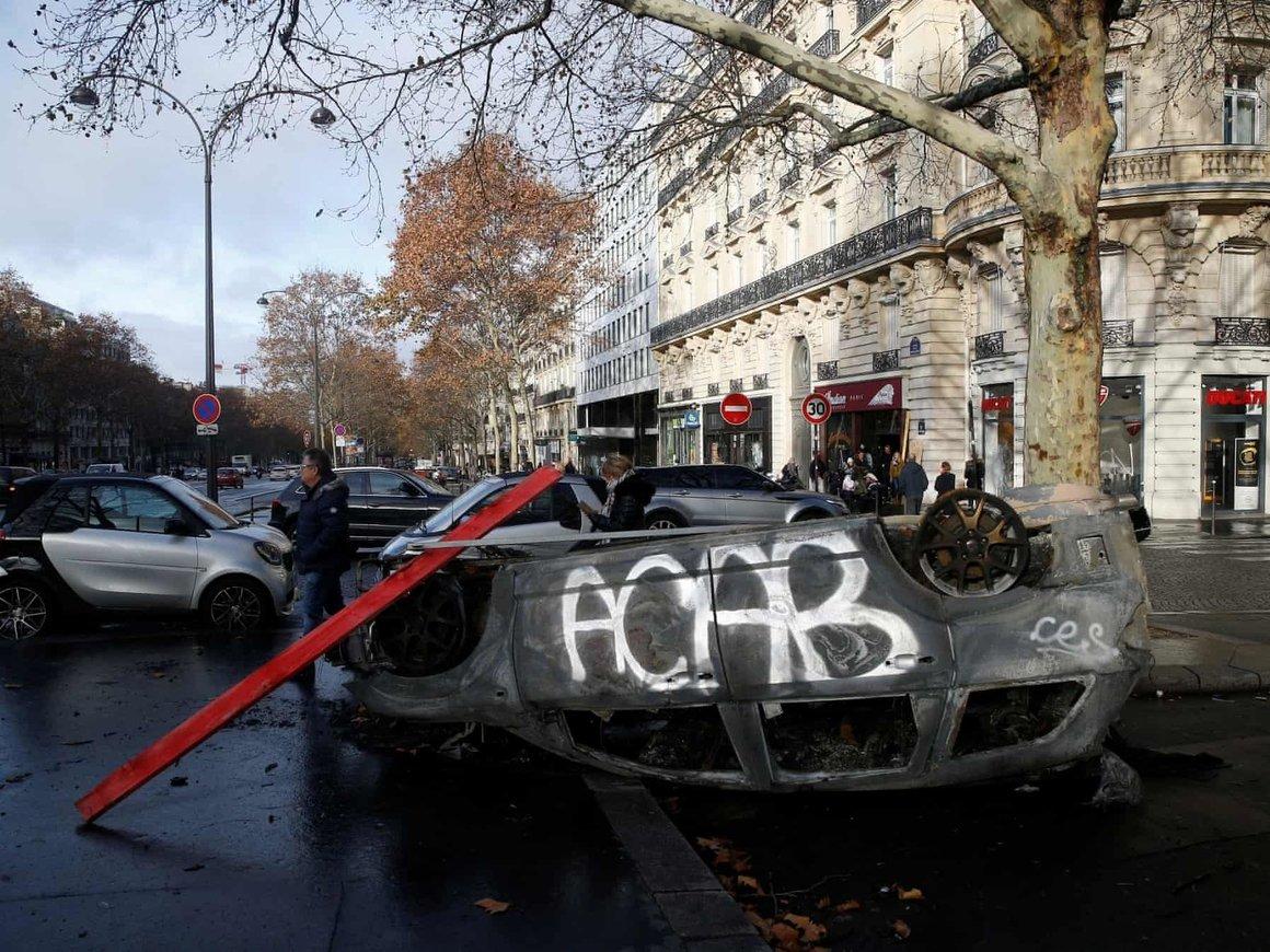 """Протесты """"жёлтых жилетов"""" разрушили половину Парижа. Политики винят правых"""