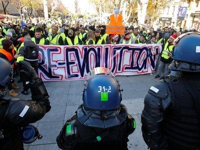 """Фото """"жёлтых жилетов"""" во Франции: бронемашины, полиция и тысячи протестующих"""