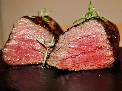 Учёные впервые вырастили в лаборатории настоящий стейк