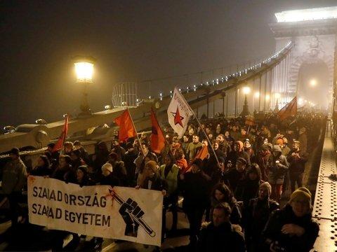 """В Венгрии уже третий день проходят демонстрации против """"рабского закона"""""""