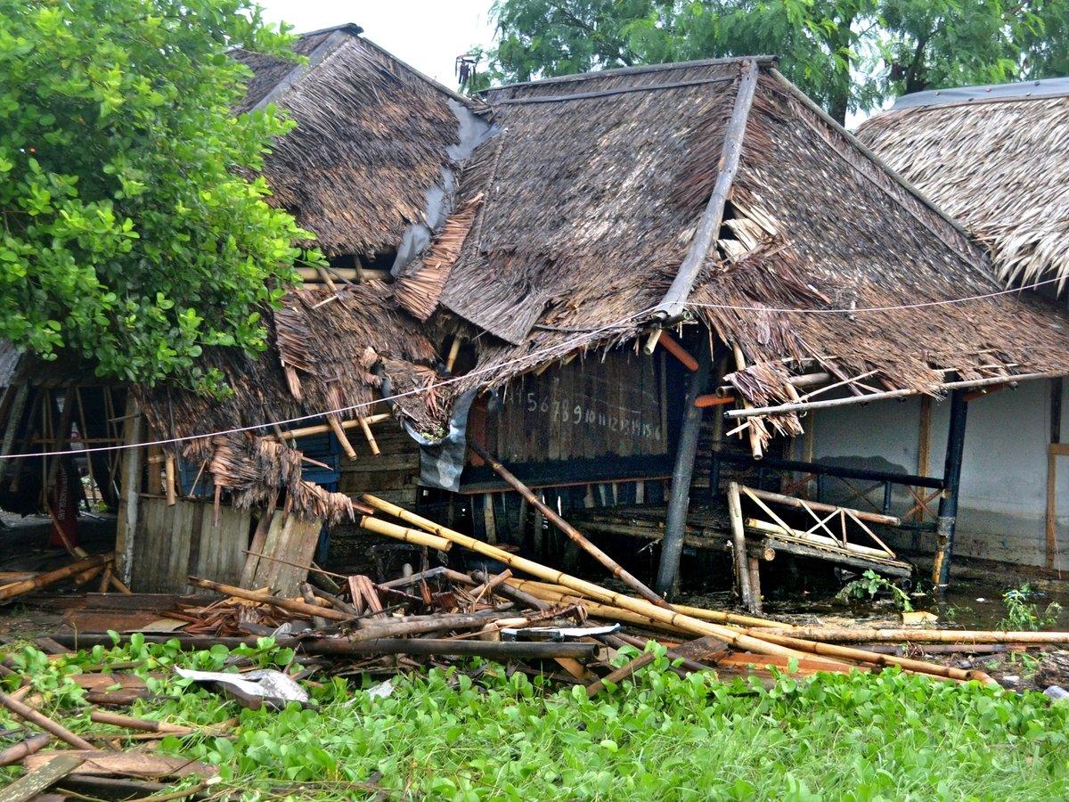 В Индонезии извержение вулкана вызвало цунами (видео)