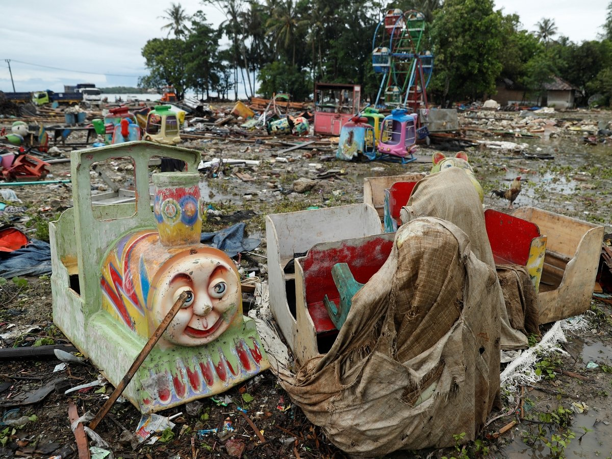 Премия Дарвина отправится в Индонезию: люди делают селфи на фоне цунами