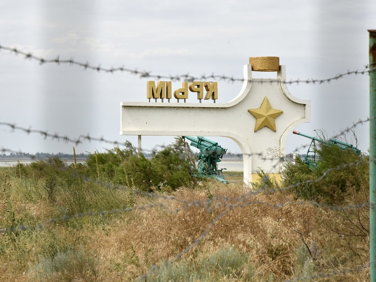 Мы строили, строили: ФСБ достроила стену на границе Крыма и Украины