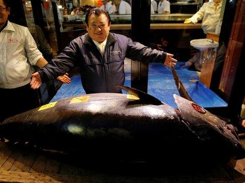 """Японский """"король суши"""" заплатил $3 миллиона за гигантского голубого тунца"""