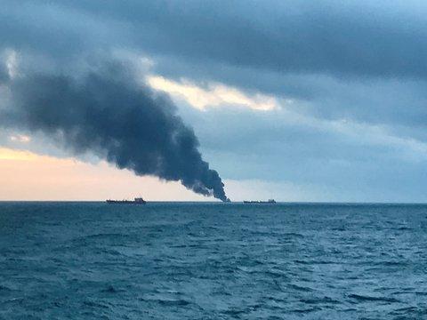 В Керченском проливе сгорели 2 судна Танзании. Рассказываем, что произошло