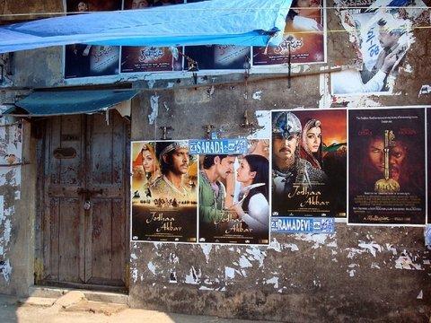 Бесконечная любовь индийцев к болливудским фильмам доводит до кражи молока