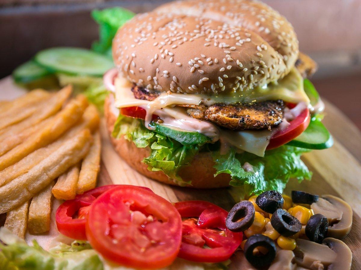 Учёные предлагают приравнять колбасу к сигаретам из-за ожирения