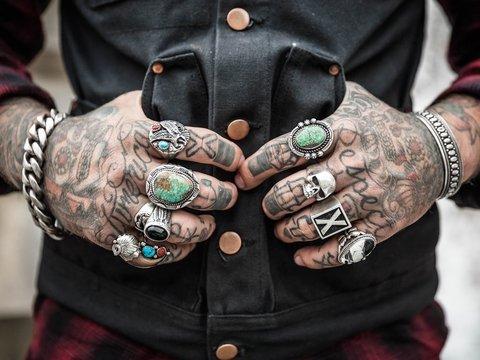 В Иране молодёжь бьёт татуировки, чтобы доказать своё право на личную свободу