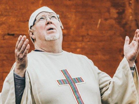 В Голландии епископа выгонят на улицу — всё равно в его собор никто не ходит