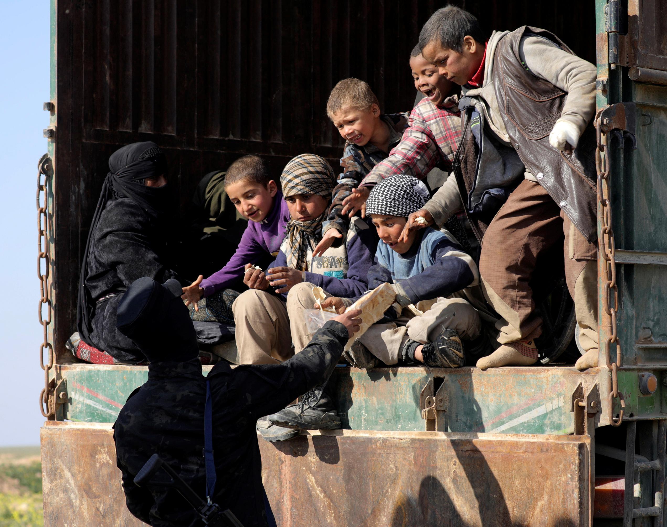 Спасённые семьи запертых в Багузе боевиков