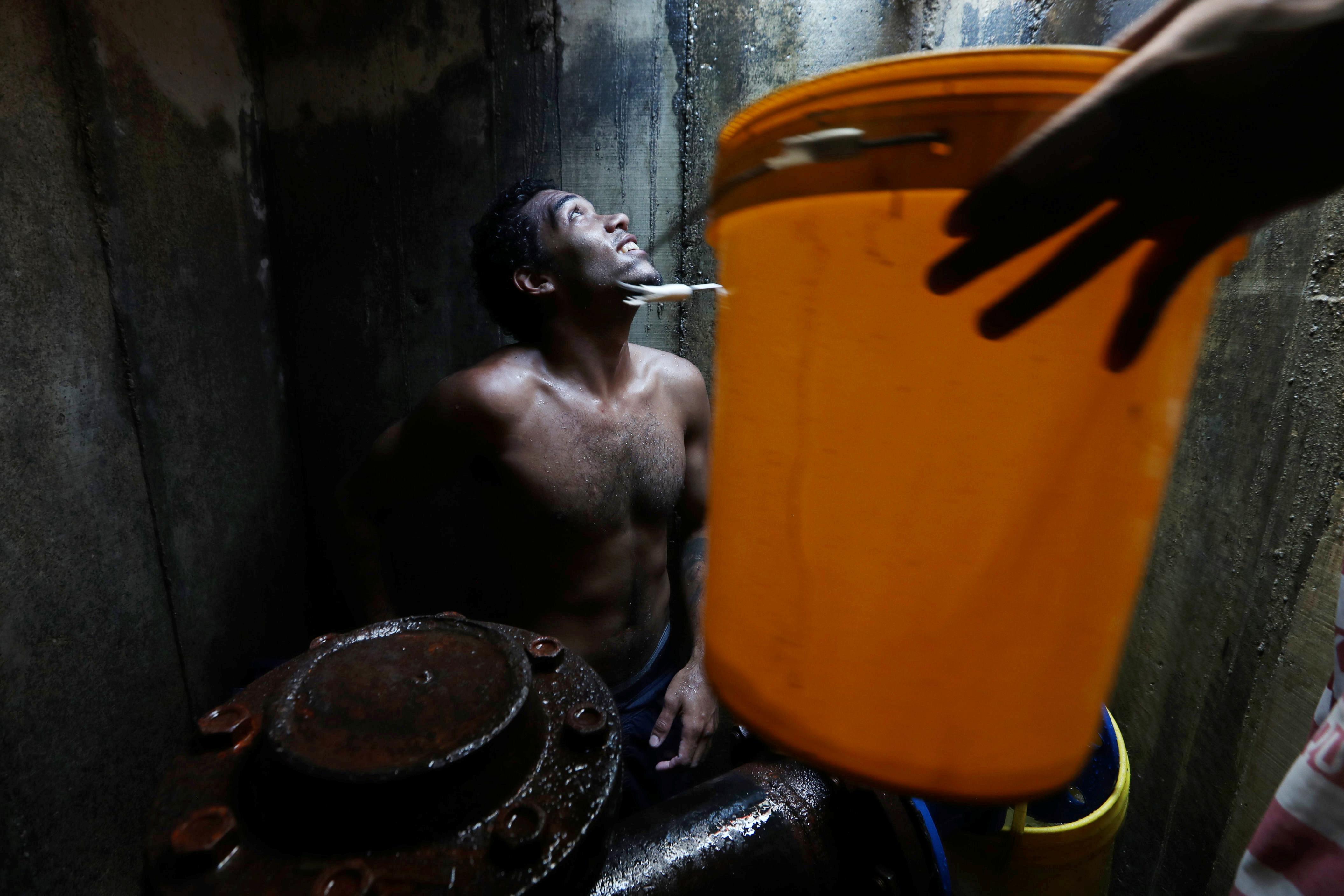 Венесуэльцы пытаются сцедить воду из подземной трубы