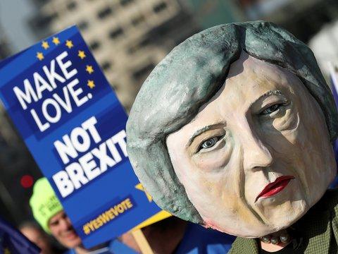 3,6 миллиона британцев попросили Терезу Мэй оставить Англию в ЕС. Она отказалась