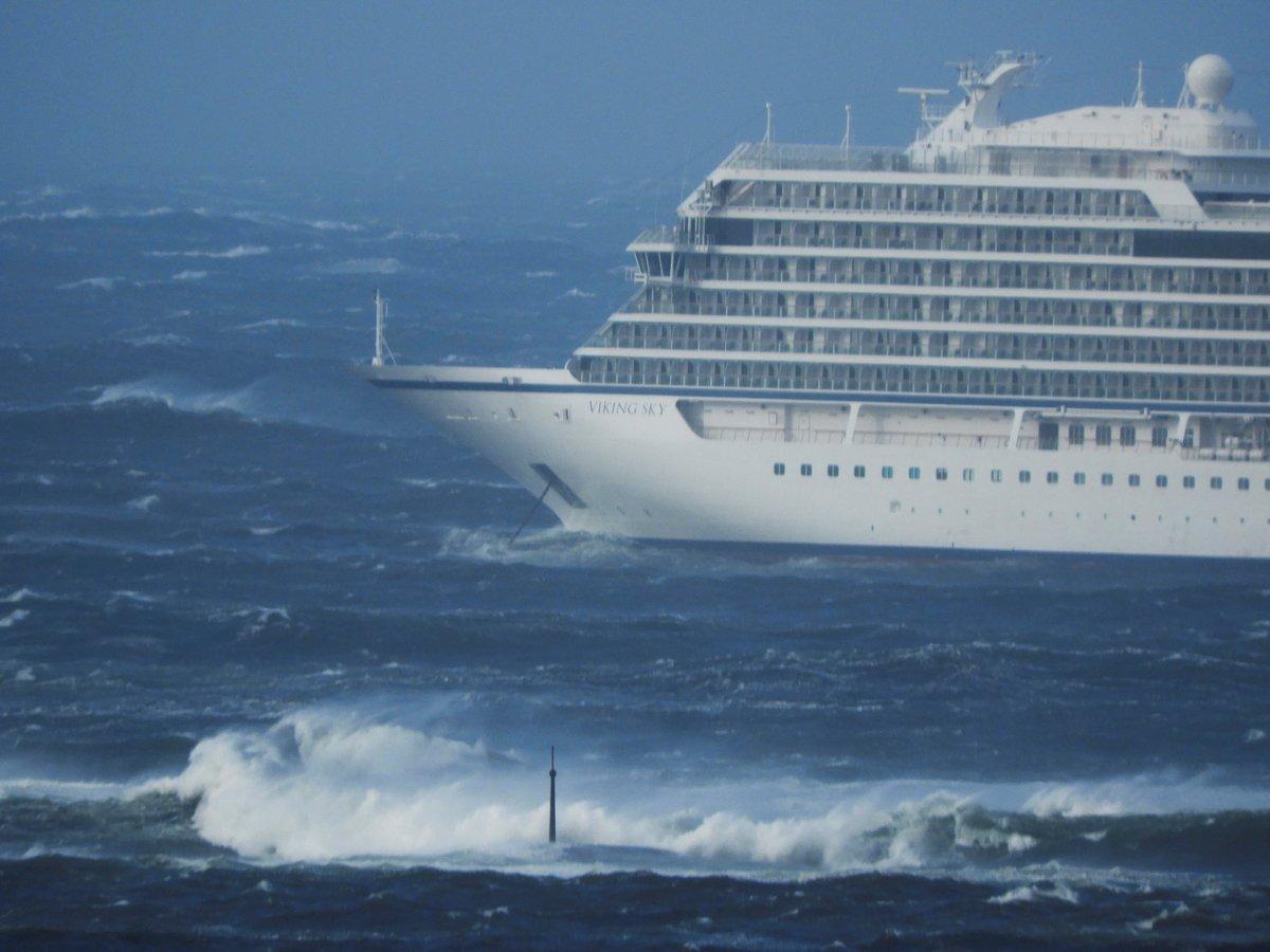 Лайнер попал в шторм у берегов Норвегии. 1300 человек спасали на вертолётах