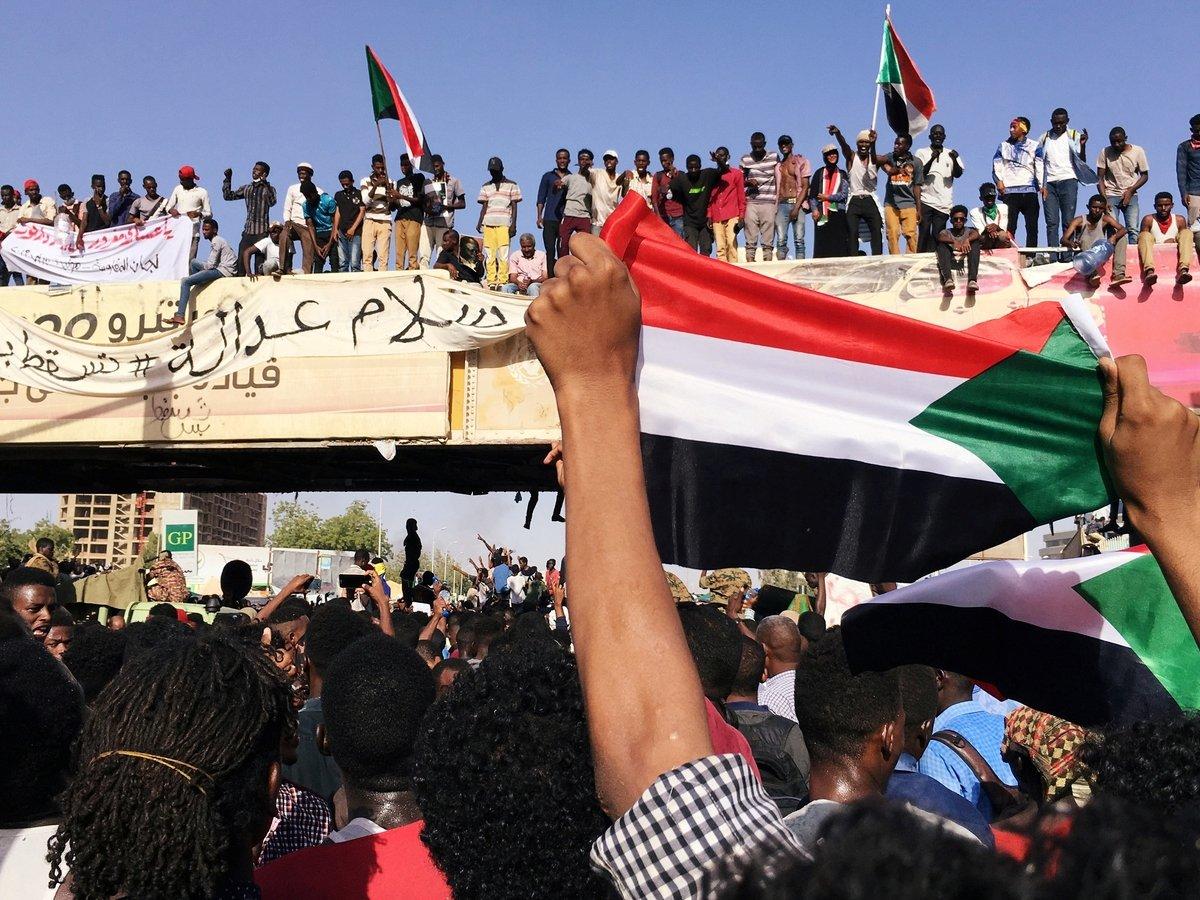 Жители Судана ждут сообщений от армии. Что происходит в стране?