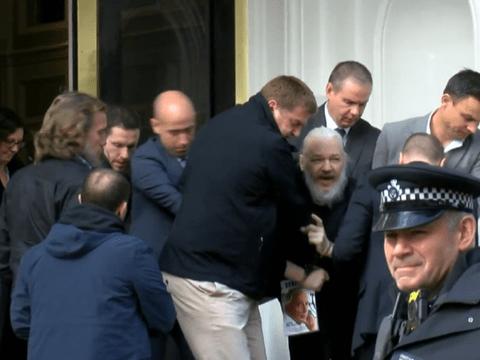 Джулиан Ассанж арестован: Эквадор лишил его убежища