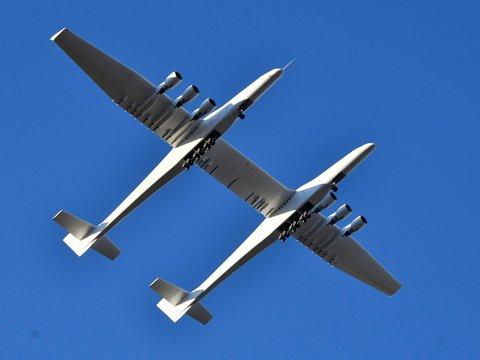 Самый большой в мире самолёт впервые поднялся в воздух (фото, видео)