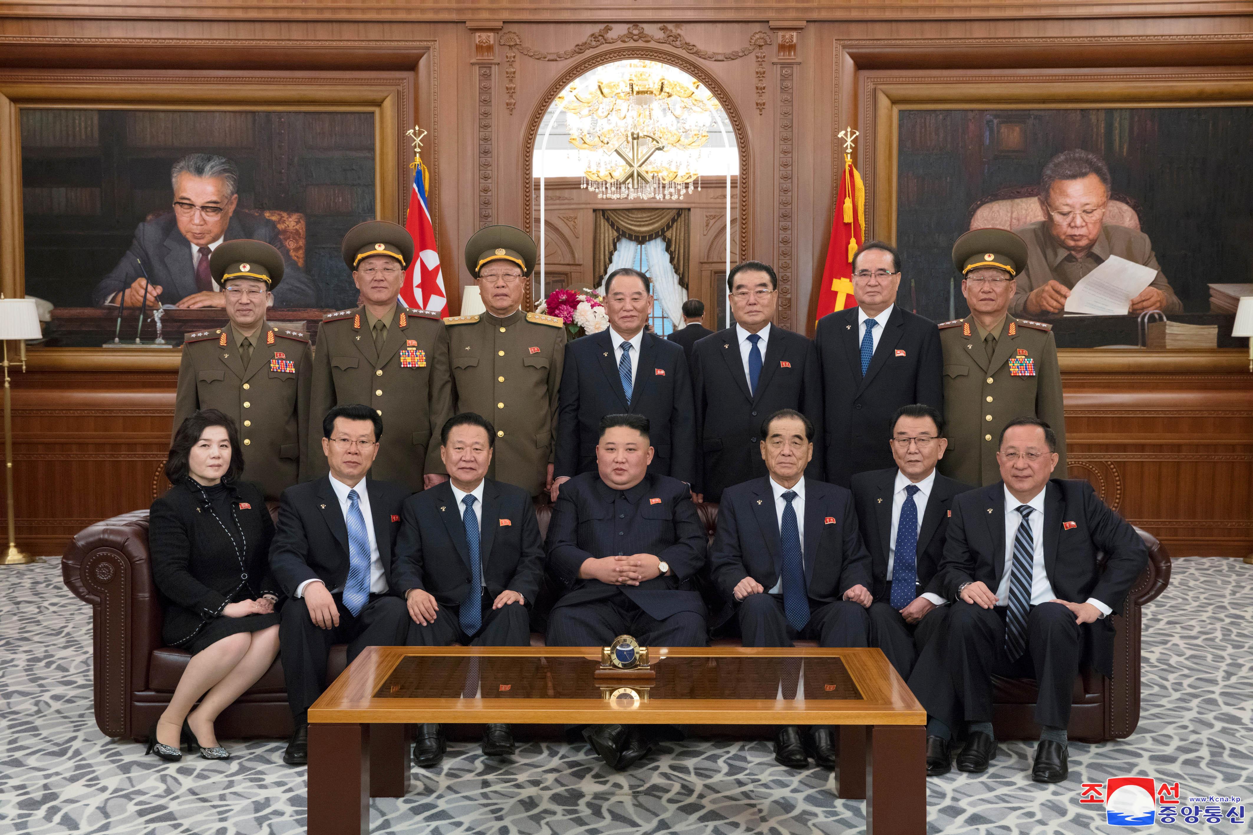 Ким в окружении преданных парламентариев