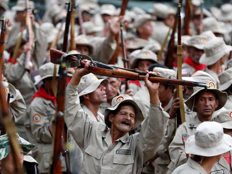 Президент Венесуэлы увеличит народное ополчение до 3 млн и отправит в поля