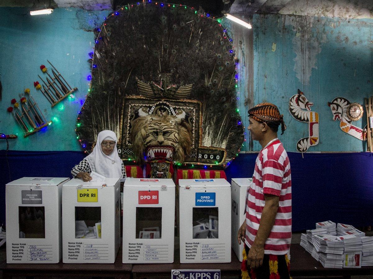 Селфи, скидки и чиновники-супергерои — так проходят выборы в Индонезии (фото)