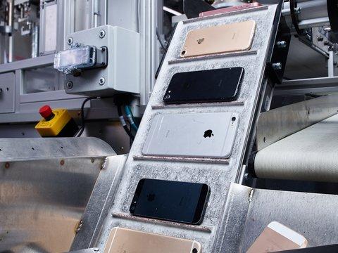 Вторичная переработка: робот Apple разламывает 200 айфонов в час (видео)