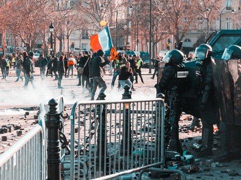 Во Франции гибнут полицейские — беспорядки в стране доводят их до самоубийств