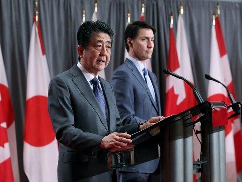 Жена премьер-министра Японии играет с канадским дверным бобром (видео)