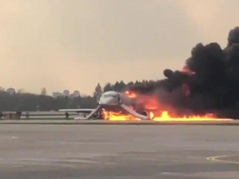 """В аэропорту Шереметьево после аварийной посадки сгорел самолёт """"Аэрофлота"""""""