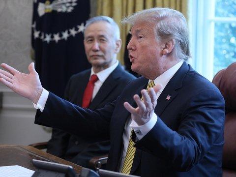 Трамп опять пугает Китай повышением тарифов. Из-за его твитов упали биржи