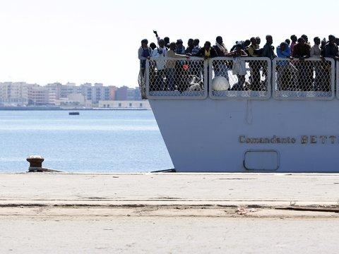 Корабль, на котором утонули сотни мигрантов, теперь экспонат биеннале (видео)