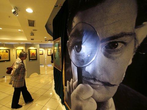 Сальвадор Дали жив! В США он встречает гостей музея и делает с ними селфи