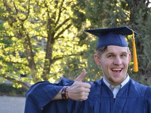 Университет в Великобритании запускает курсы счастья, чтобы студенты не умирали